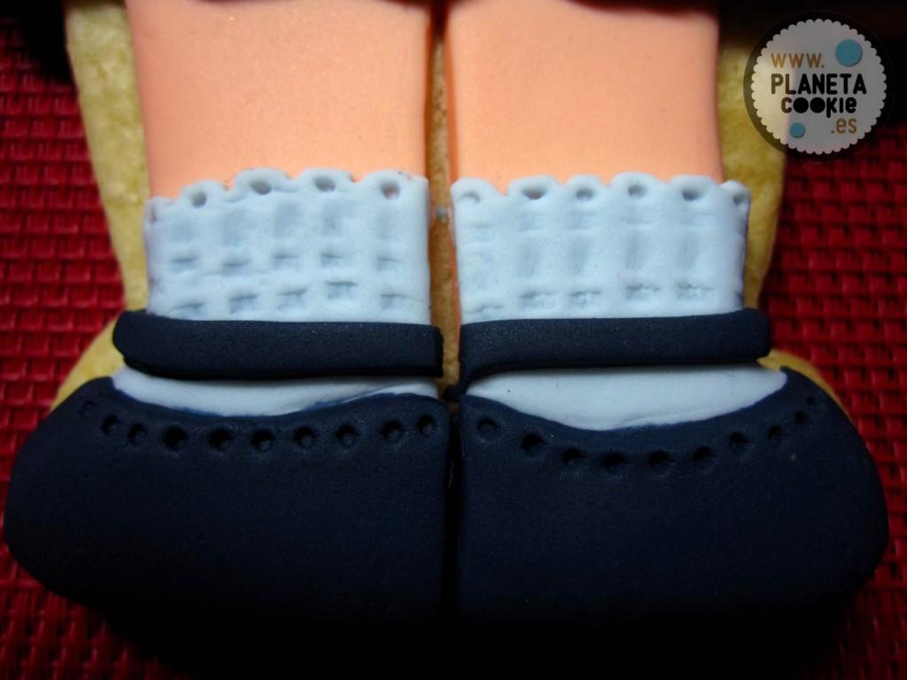 El detallito del calado de los calcetines en las paticas de Alba.